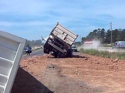Accidente en la ruta 14/ km 130. Chocaron 2 camiones y aplastaron un auto- DIARIO LACALLE
