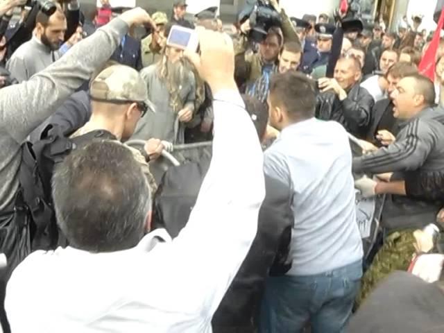 Украинские радикалы запихнули депутата в мусорный бак