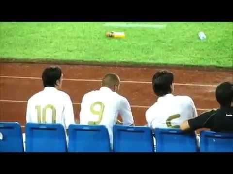 Mesut Ozil messing with Sami Khedira!