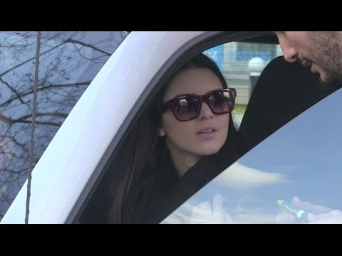 EXCLUSIVE : Kendall Jenner driving her Smart in Paris and watching La Joconde at Le Louvre !