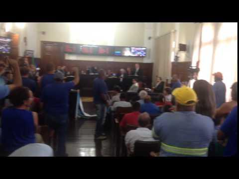 Vídeo Vídeo: Servidores pressionam e vereadores assinam documento contra a privatização do SAAE