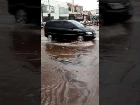 Vídeo Chuva transforma avenida São Carlos em lagoa