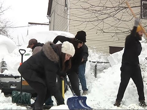 Raw: Buffalo Residents Digging Out, Helping Out