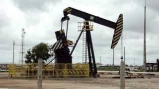 Máquina Retirando Petróleo Da Terra