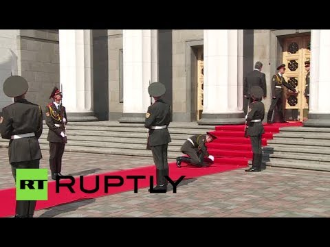 RAW: Ukrainian soldier faints upon Poroshenko's arrival for inauguration