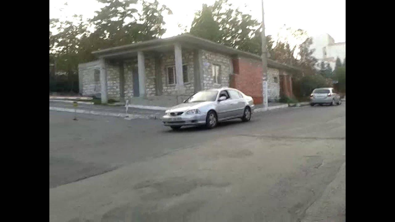 Mașină de taxi parcată pe zebră, filmată din scaunul cu rotile