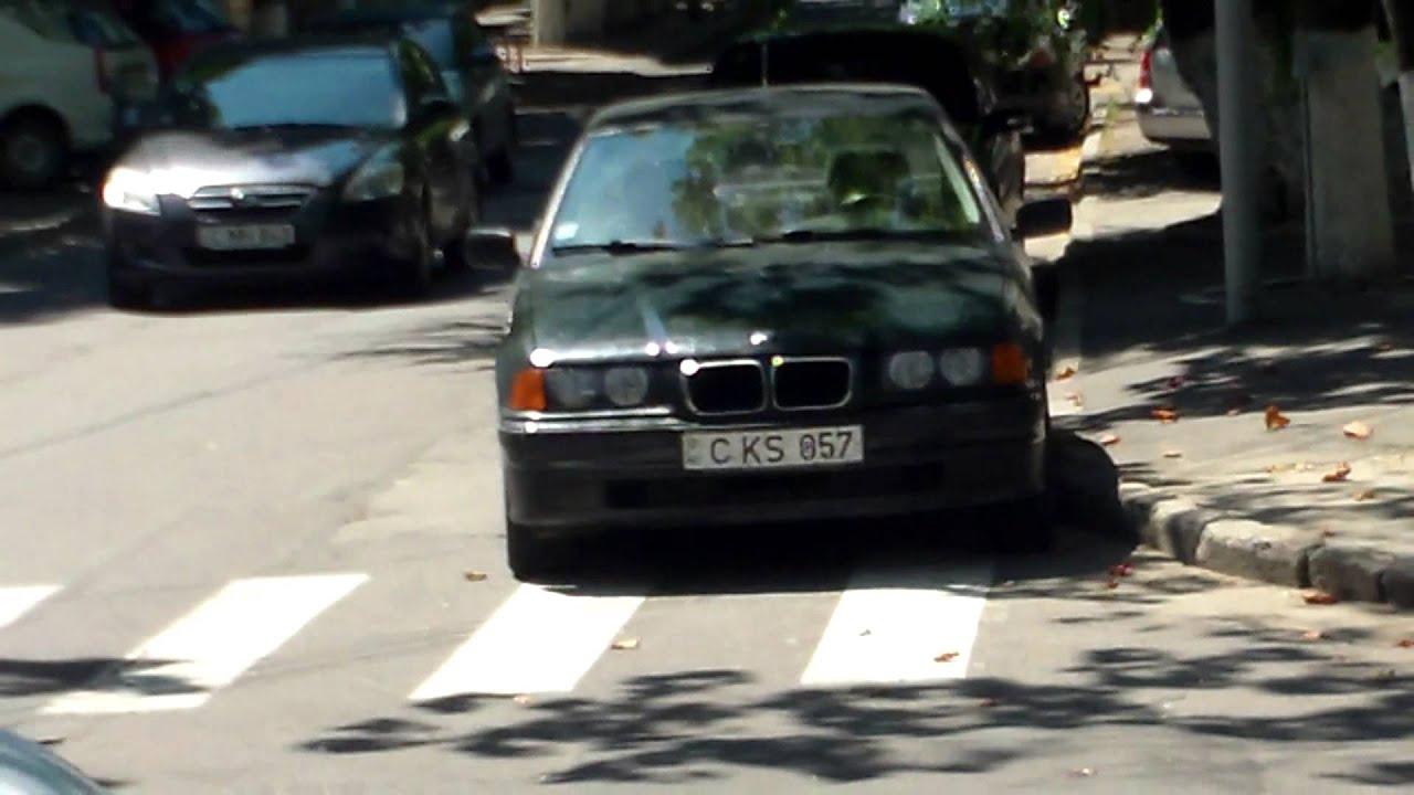 Mașini parcate ilegal în fața sediului PL