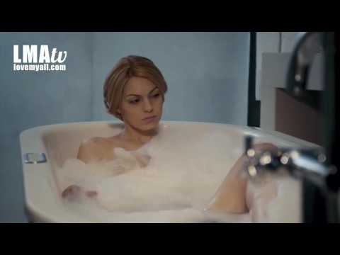 Η Δήμητρα γυμνή στην μπανιέρα!