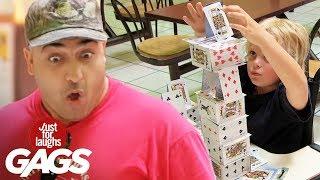 Niño construye castillo de cartas en segundos