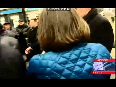 Victoria  Nuland  gives food for demonstration people in Ukraine