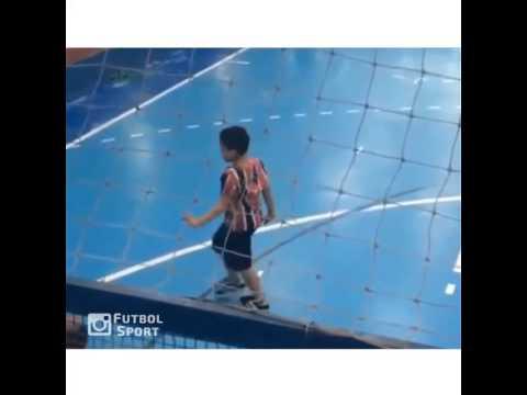 Không đỡ được màn ăn mừng bàn thắng này của cậu bé