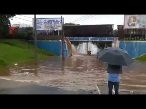 Vídeo Vídeo: Chuva transforma  Pontilhão da Praça Itália numa cachoeira e motociclista fica ilhado