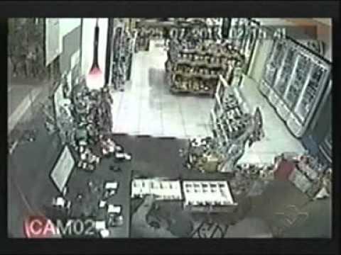 Em três minutos bandidos roubam loja de conveniência no Marta Helena
