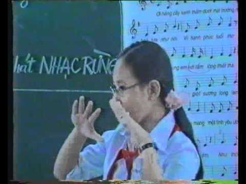Thanh Xuân múa minh họa bài Mái Trường Mên Yêu.