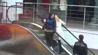 Loira subindo escada rolante ao contrário