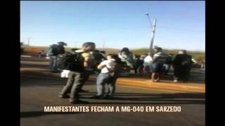 Manifestantes fecham a MG-040 em Sarzedo