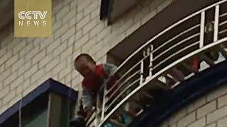 Toddler falls from 5th floor saved in China-Exclusive visuals