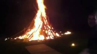 Menyalakan api unggun dengan hand made basoka,