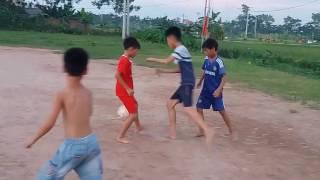 Bé chơi đá bóng | Bé tập làm người lớn