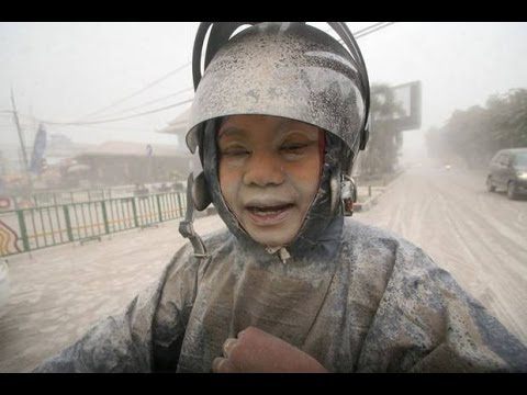 Apocalyptic! VOLCANO ERUPTS - INDONESIA 3 Dead 100,000 Flee | 2 Ins Ash Sand Covers Road