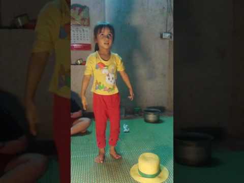 Bé Linh Chi mua cánh đồng tuổi thơ