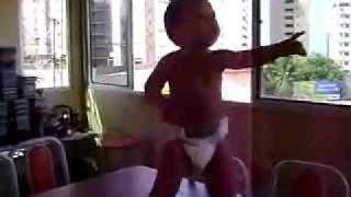 Bebé bailando samba