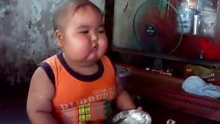Bé trai dễ thương, ăn cơm như thánh gióng