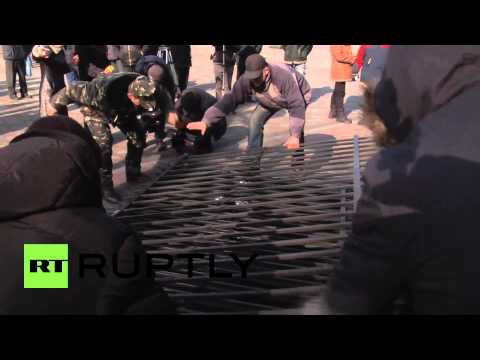Ukraine: Protesters break down barriers around Kiev's Rada