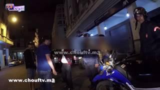 فيديو شخصان في حالة سكر طافح حايحو بوسط المدينة والبوليس يتدخل | بــووز