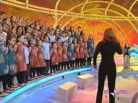Cô bé Việt hát bài