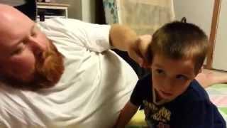 Niño pequeño llora sin control porque su papa le robo la oreja