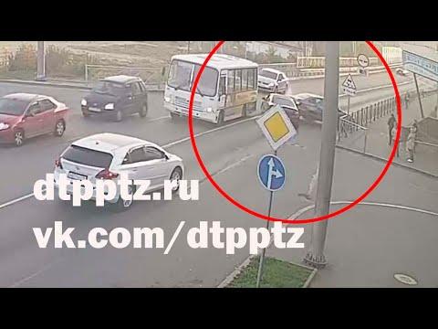 На улице Гоголя неадекватный водитель протаранил несколько автомобилей