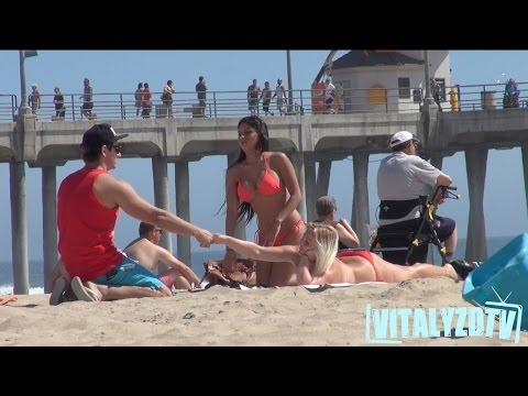 """""""Спасувачот"""" Виталиј фаќа девојки на плажа"""