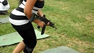 Mujer disparando fusil