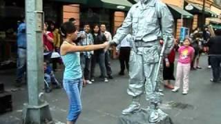 Soldado plateado le juega una broma a una chica