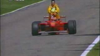 最終ラップでマシンが止まってしまったドライバーを乗せてピットまで届けるF1タクシー