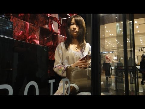 Geminoid-F Android Waits for a Friend in a Tokyo Department Store #DigInfo
