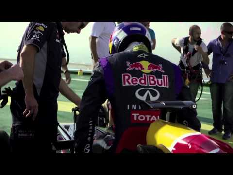 Red Bull F1 team David Coulthard hace Donuts en helipuerto Burj Al Arab en Dubai - PRExtreme TV