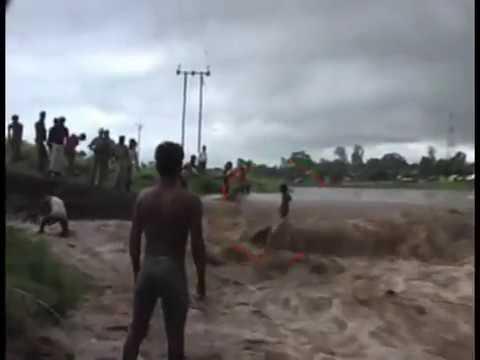 Chuyện lạ : cậu bé đứng trên dòng nước lũ mà không bị cuốn trôi !!!