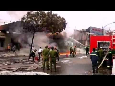 Nổ và cháy dữ dội tại cây xăng Quân đội, gần bệnh viên 108