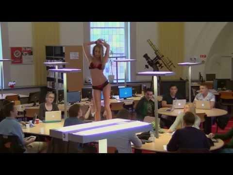 image vidéo Une fille sexy qui se déshabille à la bibliothèque