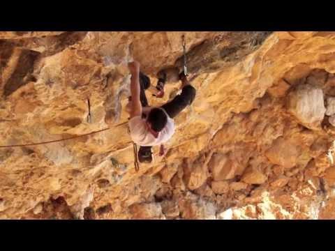Bernabe Fernández escalando en El Chorro