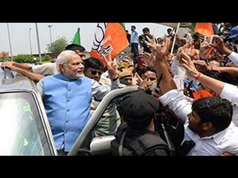 Elections results 2014: Narendra Modi lands in Delhi, flashes victory sign