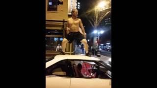 Bailando encima del coche