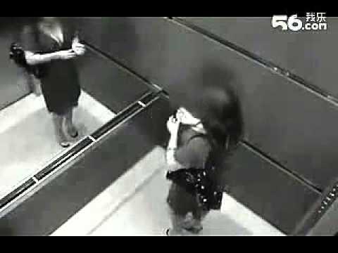 Cảnh nóng trong thang máy gây chú ý Internet tuần qua