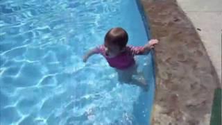 21 aylık bebeği yüzerken izleyin