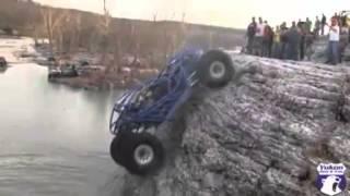 Subiendo pared vertical con coche todo terreno