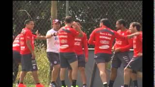Com a vitória surpreendente do Chile sobre a Espanha, os torcedores chilenos estão em festa. Na porta da Toca II, onde a Seleção Chilena treina, muitos torcedores estão se aglomerando para comemorar e tentar ver os donos da festa. Acompanhe: