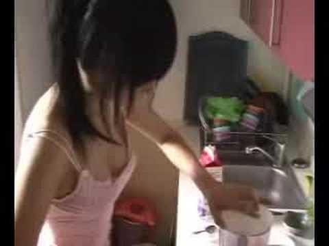 漂亮女孩沒穿內衣只穿小可愛在廚房教你做菜,到底要大家看菜還是美女啊?!