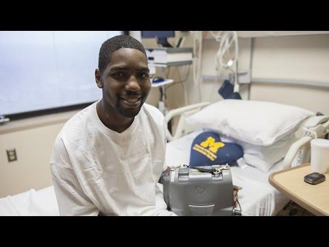 أول مريض يمارس حياته الطبيعية من دون قلب